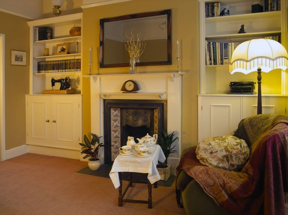 edwardian sitting room with alcove units