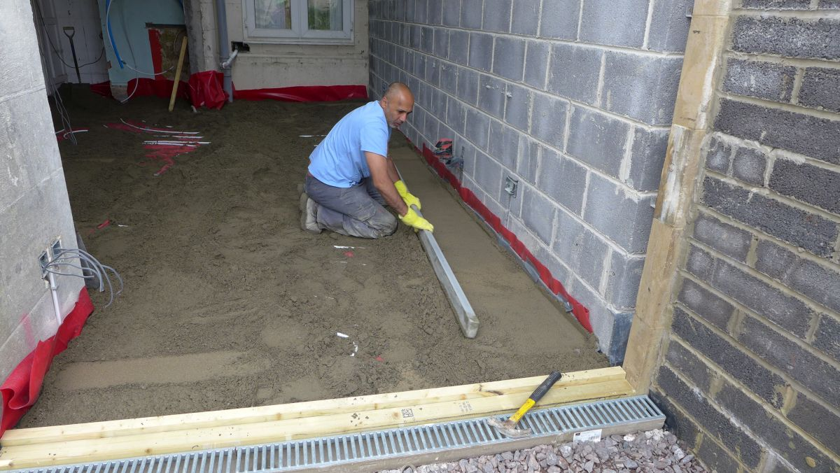 screed being compacted