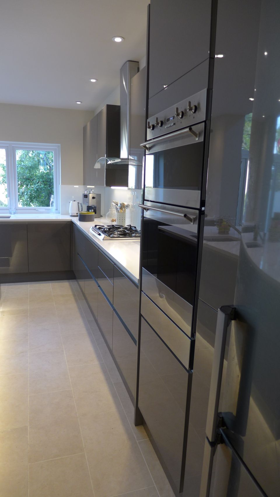 gloss-grey-kitchen-with-integrated-handles