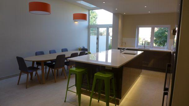 kitchen-diner-with-orange-lights