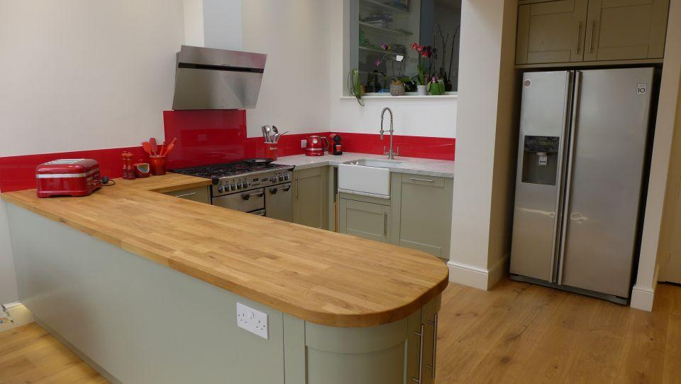 kitchen-with-raspberry-red-glass-splashback