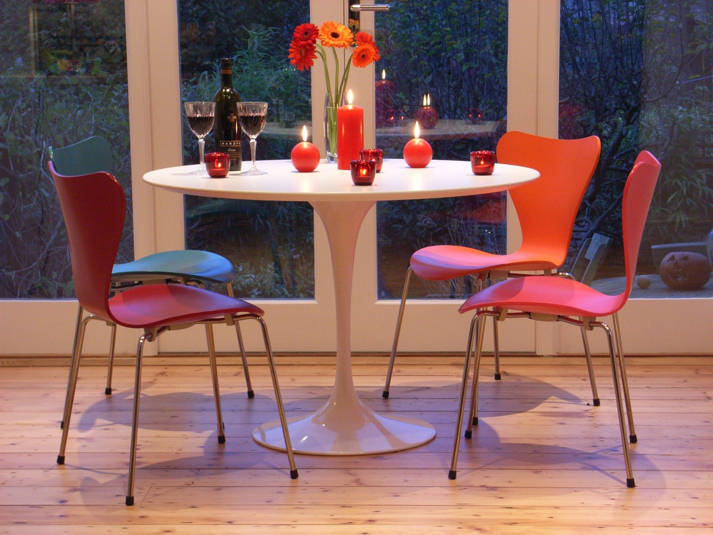 formal dining rooms may be losing popularity and we show how they compare with kitchen diners - here is a smart cameo, creating a dining area at the end of the kitchen
