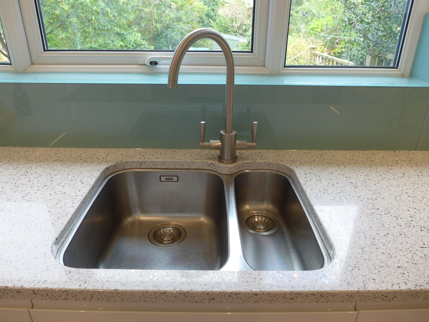 here is some advice on choosing kitchen sinks and taps; here a swan neck tap with undermount sink