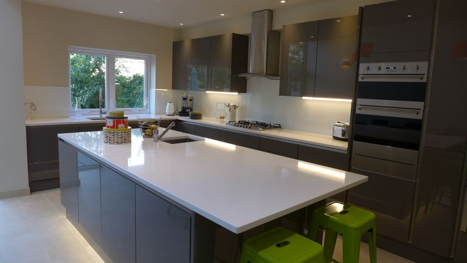 an advice page on kitchen worktops, here showing a quartz worktop with undermount sinks.